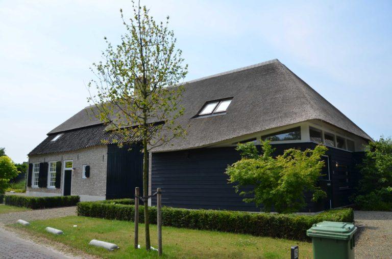 drijvers-oisterwijk-villa-boerderij-modern-landelijk-traditioneel-contrast-wit-stucwerk-bakstenen-hout-gevel-spanten-pui-riet-dakpannen (1)