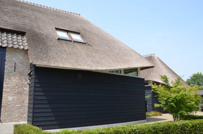 drijvers-oisterwijk-villa-boerderij-modern-landelijk-traditioneel-contrast-wit-stucwerk-bakstenen-hout-gevel-spanten-pui-riet-dakpannen (10)