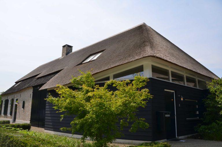 drijvers-oisterwijk-villa-boerderij-modern-landelijk-traditioneel-contrast-wit-stucwerk-bakstenen-hout-gevel-spanten-pui-riet-dakpannen (11)