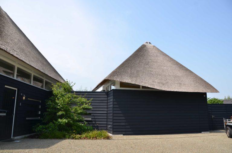 drijvers-oisterwijk-villa-boerderij-modern-landelijk-traditioneel-contrast-wit-stucwerk-bakstenen-hout-gevel-spanten-pui-riet-dakpannen (12)