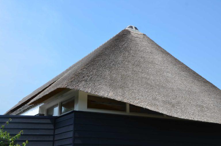 drijvers-oisterwijk-villa-boerderij-modern-landelijk-traditioneel-contrast-wit-stucwerk-bakstenen-hout-gevel-spanten-pui-riet-dakpannen (14)