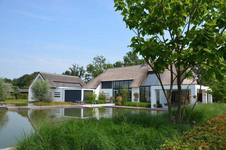 drijvers-oisterwijk-villa-boerderij-modern-landelijk-traditioneel-contrast-wit-stucwerk-bakstenen-hout-gevel-spanten-pui-riet-dakpannen (16)