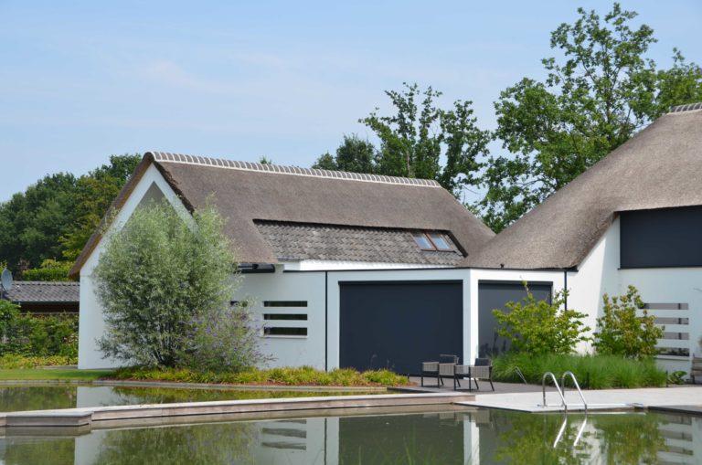 drijvers-oisterwijk-villa-boerderij-modern-landelijk-traditioneel-contrast-wit-stucwerk-bakstenen-hout-gevel-spanten-pui-riet-dakpannen (17)