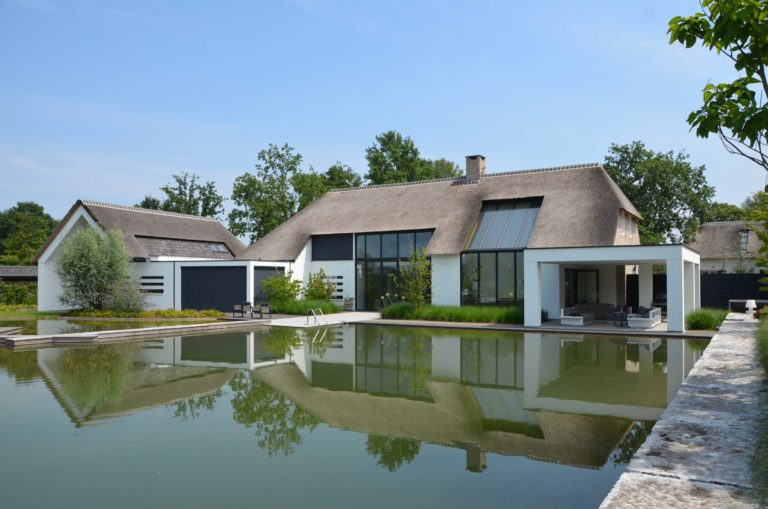 drijvers-oisterwijk-villa-boerderij-modern-landelijk-traditioneel-contrast-wit-stucwerk-bakstenen-hout-gevel-spanten-pui-riet-dakpannen (18)