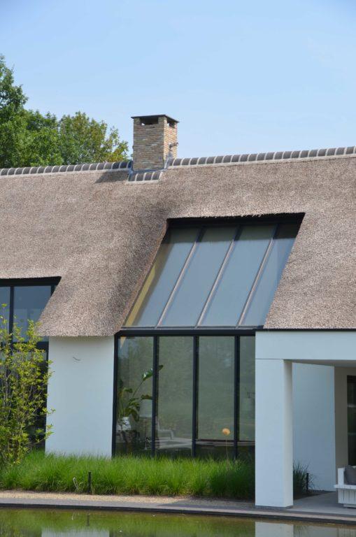 drijvers-oisterwijk-villa-boerderij-modern-landelijk-traditioneel-contrast-wit-stucwerk-bakstenen-hout-gevel-spanten-pui-riet-dakpannen (19)