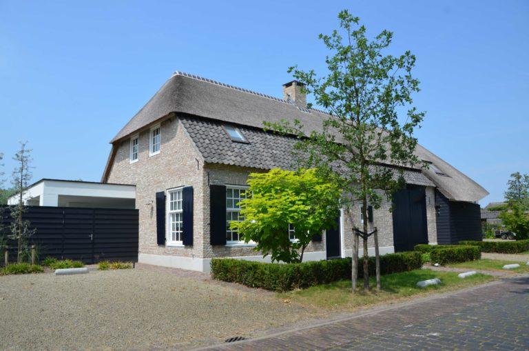 drijvers-oisterwijk-villa-boerderij-modern-landelijk-traditioneel-contrast-wit-stucwerk-bakstenen-hout-gevel-spanten-pui-riet-dakpannen (2)
