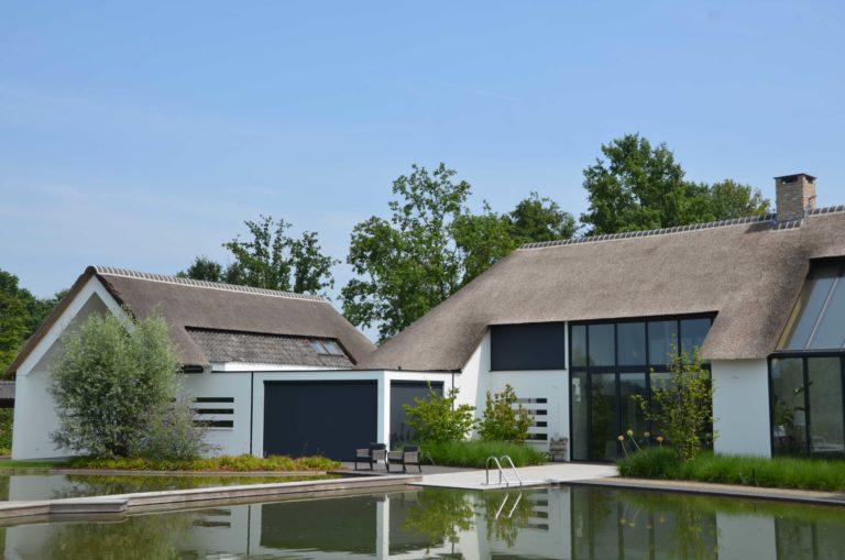 drijvers-oisterwijk-villa-boerderij-modern-landelijk-traditioneel-contrast-wit-stucwerk-bakstenen-hout-gevel-spanten-pui-riet-dakpannen (20)