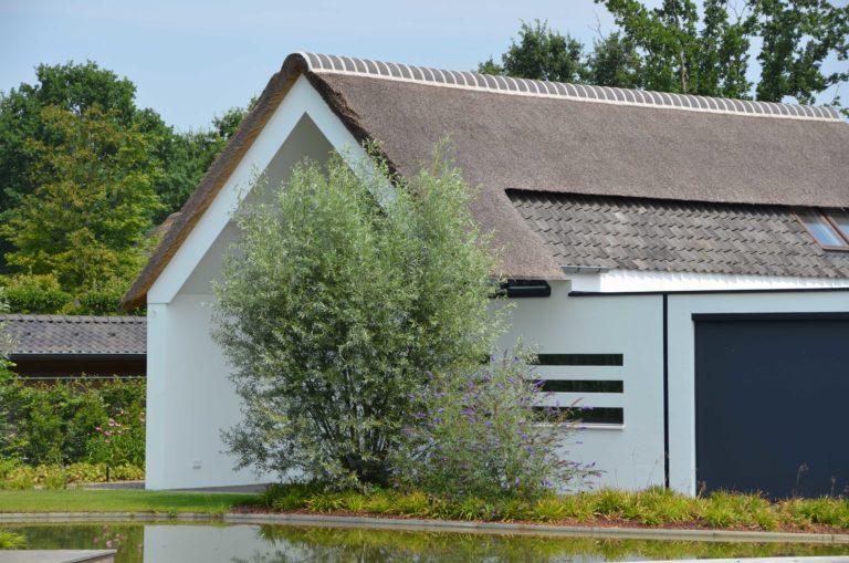 drijvers-oisterwijk-villa-boerderij-modern-landelijk-traditioneel-contrast-wit-stucwerk-bakstenen-hout-gevel-spanten-pui-riet-dakpannen (22)