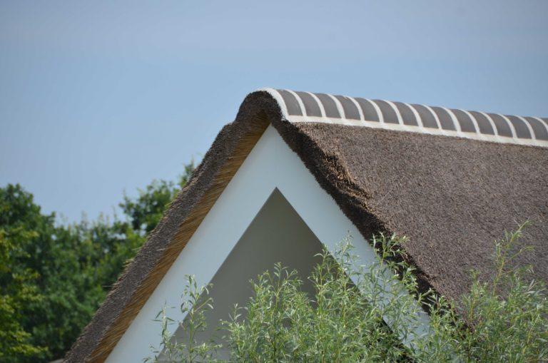 drijvers-oisterwijk-villa-boerderij-modern-landelijk-traditioneel-contrast-wit-stucwerk-bakstenen-hout-gevel-spanten-pui-riet-dakpannen (23)