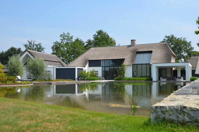 drijvers-oisterwijk-villa-boerderij-modern-landelijk-traditioneel-contrast-wit-stucwerk-bakstenen-hout-gevel-spanten-pui-riet-dakpannen (24)