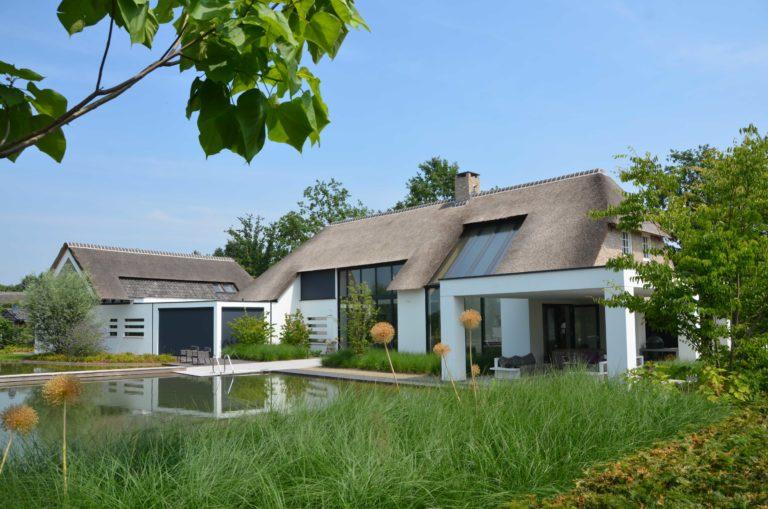 drijvers-oisterwijk-villa-boerderij-modern-landelijk-traditioneel-contrast-wit-stucwerk-bakstenen-hout-gevel-spanten-pui-riet-dakpannen (25)