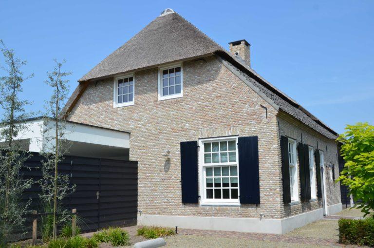 drijvers-oisterwijk-villa-boerderij-modern-landelijk-traditioneel-contrast-wit-stucwerk-bakstenen-hout-gevel-spanten-pui-riet-dakpannen (3)