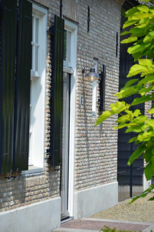 drijvers-oisterwijk-villa-boerderij-modern-landelijk-traditioneel-contrast-wit-stucwerk-bakstenen-hout-gevel-spanten-pui-riet-dakpannen (5)
