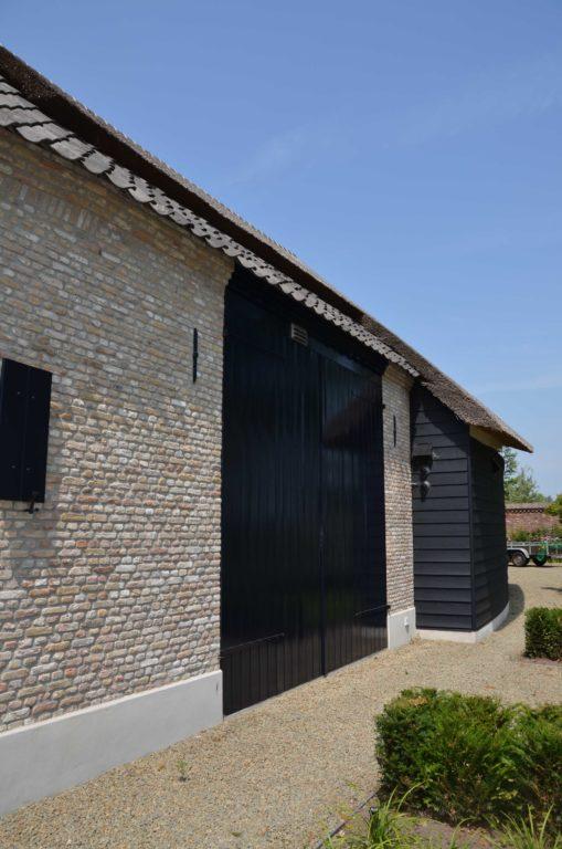 drijvers-oisterwijk-villa-boerderij-modern-landelijk-traditioneel-contrast-wit-stucwerk-bakstenen-hout-gevel-spanten-pui-riet-dakpannen (6)