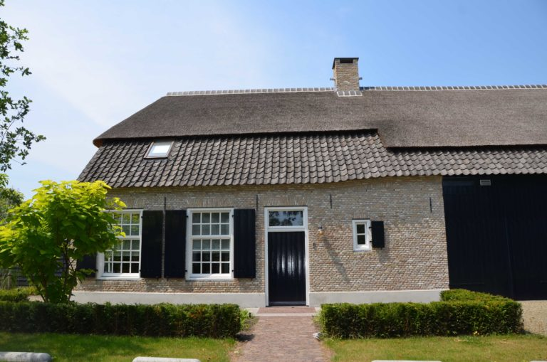 drijvers-oisterwijk-villa-boerderij-modern-landelijk-traditioneel-contrast-wit-stucwerk-bakstenen-hout-gevel-spanten-pui-riet-dakpannen (9)