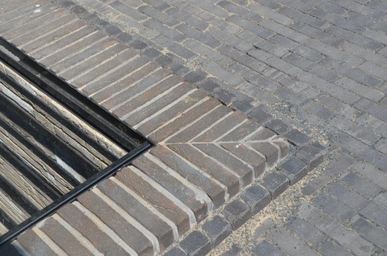 drijvers-oisterwijk-riet-gedekt-bakstenen-hout-gevel-bijgebouw-carport-schoorsteen-ramen-deuren-villa-exterieur (10)