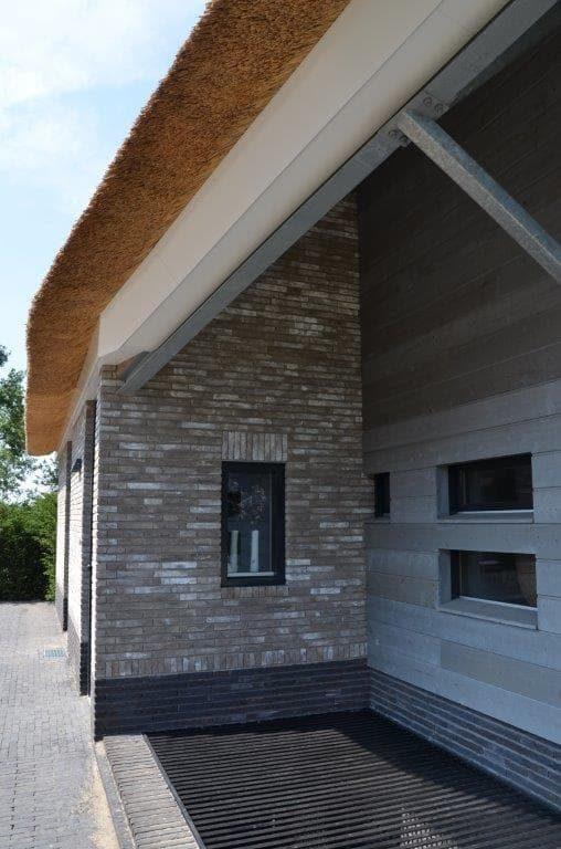 drijvers-oisterwijk-riet-gedekt-bakstenen-hout-gevel-bijgebouw-carport-schoorsteen-ramen-deuren-villa-exterieur (11)
