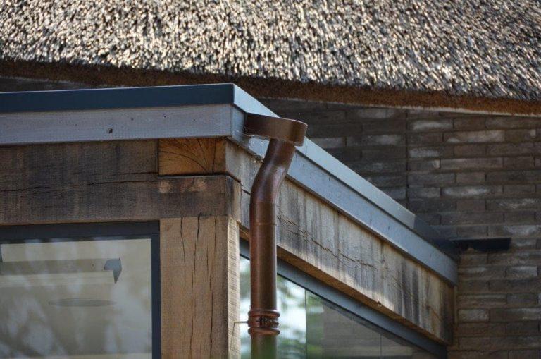 drijvers-oisterwijk-riet-gedekt-bakstenen-hout-gevel-bijgebouw-carport-schoorsteen-ramen-deuren-villa-exterieur (13)