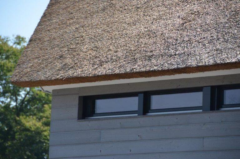 drijvers-oisterwijk-riet-gedekt-bakstenen-hout-gevel-bijgebouw-carport-schoorsteen-ramen-deuren-villa-exterieur (14)