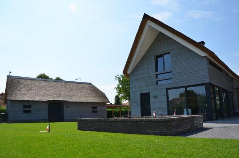 drijvers-oisterwijk-riet-gedekt-bakstenen-hout-gevel-bijgebouw-carport-schoorsteen-ramen-deuren-villa-exterieur (7)