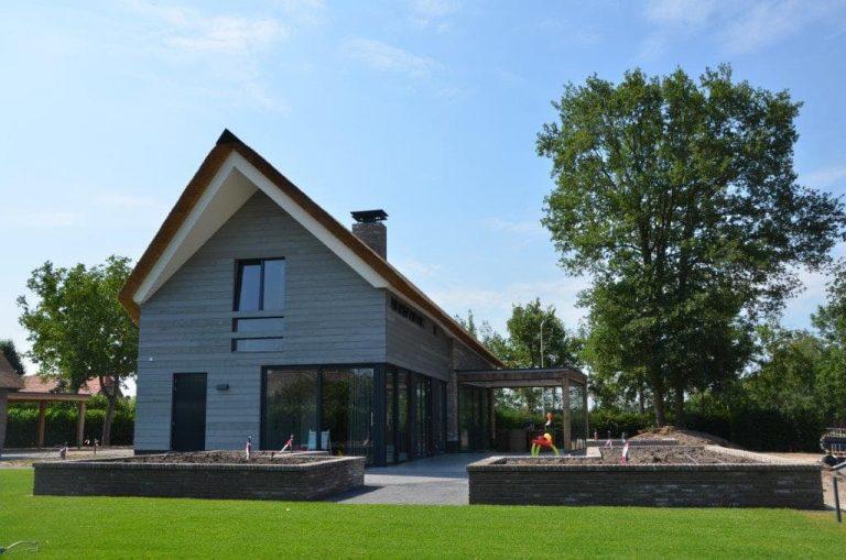 drijvers-oisterwijk-riet-gedekt-bakstenen-hout-gevel-bijgebouw-carport-schoorsteen-ramen-deuren-villa-exterieur (8)