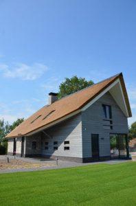 drijvers-oisterwijk-riet-gedekt-bakstenen-hout-gevel-bijgebouw-carport-schoorsteen-ramen-deuren-villa-exterieur (9)