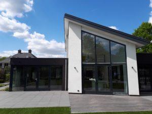 drijvers-oisterwijk-nieuwbouw-lessenaarsdak-dakpannen-wit-stucwerk-modern-strak-exterieur-bakstenen-ramen-grote-pui (1)