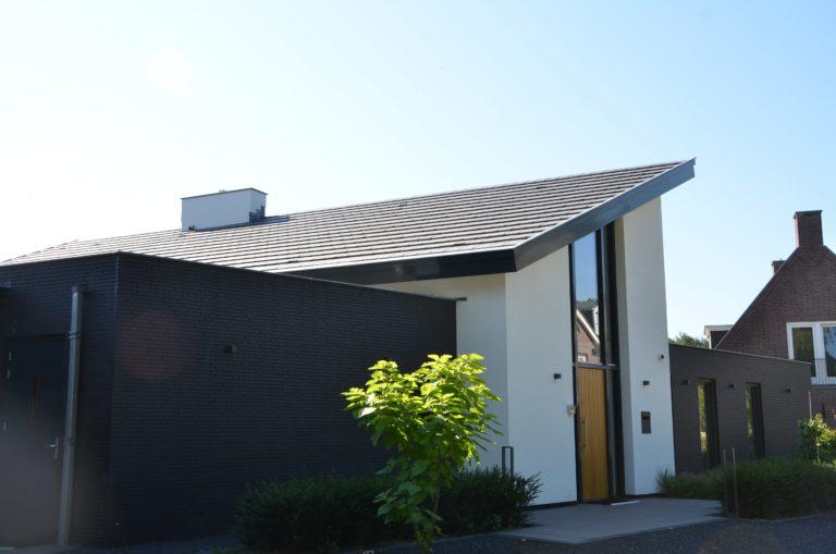 drijvers-oisterwijk-nieuwbouw-lessenaarsdak-dakpannen-wit-stucwerk-modern-strak-exterieur-bakstenen-ramen-grote-pui (1)-min