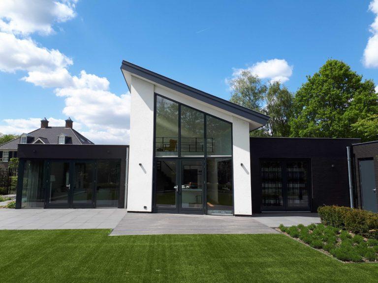 drijvers-oisterwijk-nieuwbouw-lessenaarsdak-dakpannen-wit-stucwerk-modern-strak-exterieur-bakstenen-ramen-grote-pui (10)