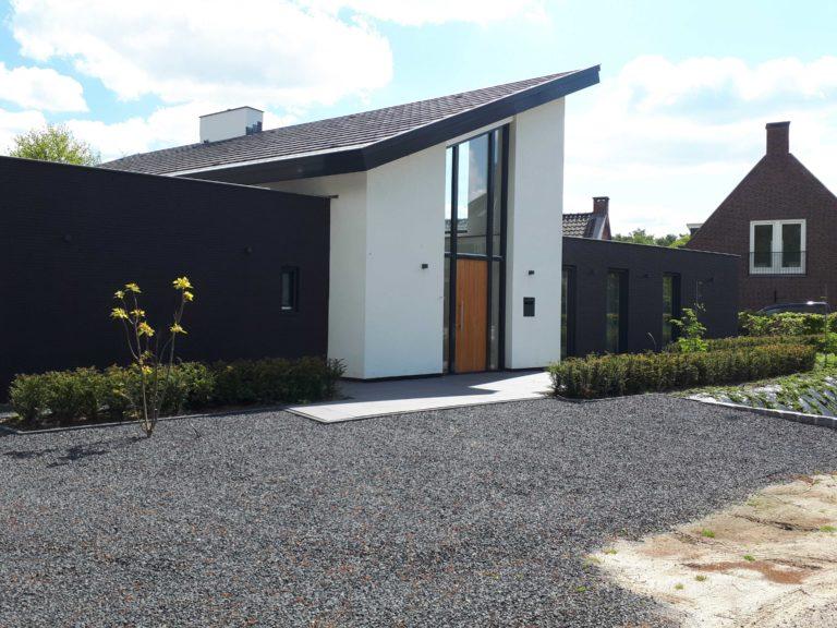 drijvers-oisterwijk-nieuwbouw-lessenaarsdak-dakpannen-wit-stucwerk-modern-strak-exterieur-bakstenen-ramen-grote-pui (11)