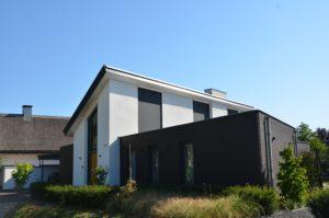 drijvers-oisterwijk-nieuwbouw-lessenaarsdak-dakpannen-wit-stucwerk-modern-strak-exterieur-bakstenen-ramen-grote-pui (2)-min