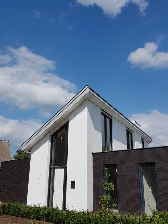 drijvers-oisterwijk-nieuwbouw-lessenaarsdak-dakpannen-wit-stucwerk-modern-strak-exterieur-bakstenen-ramen-grote-pui (3)