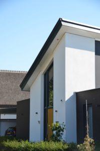 drijvers-oisterwijk-nieuwbouw-lessenaarsdak-dakpannen-wit-stucwerk-modern-strak-exterieur-bakstenen-ramen-grote-pui (3)-min