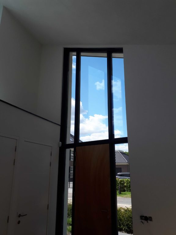 drijvers-oisterwijk-nieuwbouw-lessenaarsdak-voordeur-dakpannen-wit-stucwerk-modern-strak-exterieur-bakstenen-ramen-grote-pui (5)