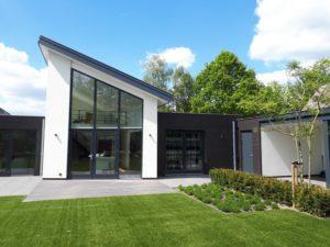 drijvers-oisterwijk-nieuwbouw-lessenaarsdak-dakpannen-wit-stucwerk-modern-strak-exterieur-bakstenen-ramen-grote-pui (6)