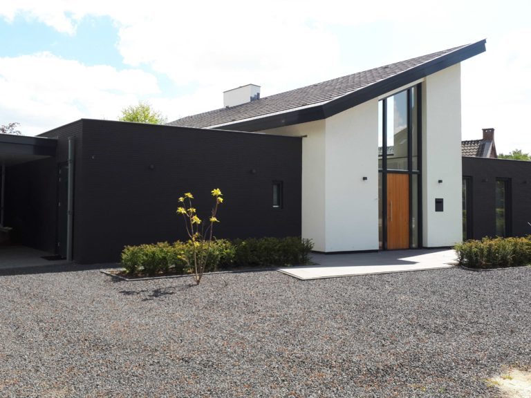 drijvers-oisterwijk-nieuwbouw-lessenaarsdak-dakpannen-wit-stucwerk-modern-strak-exterieur-bakstenen-ramen-grote-pui (7)