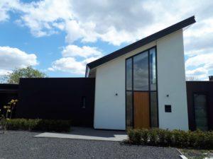 drijvers-oisterwijk-nieuwbouw-lessenaarsdak-dakpannen-wit-stucwerk-modern-strak-exterieur-bakstenen-ramen-grote-pui (8)