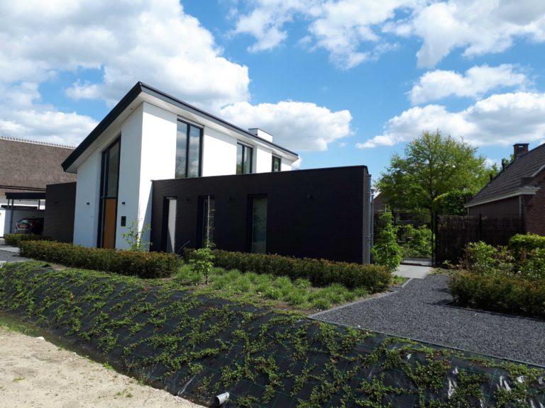 drijvers-oisterwijk-nieuwbouw-lessenaarsdak-dakpannen-wit-stucwerk-modern-strak-exterieur-bakstenen-ramen-grote-pui (9)
