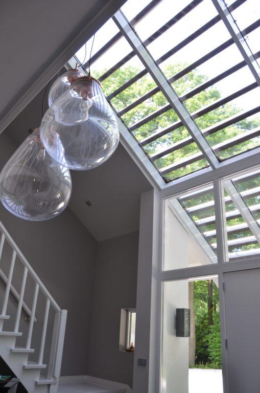 drijvers-oisterwijk-nieuwbouw-verbouwing-trap-interieur-modern-strak-verlichting-armaturen-tegel-blauw-accesoires-sfeer-behang (1)-min