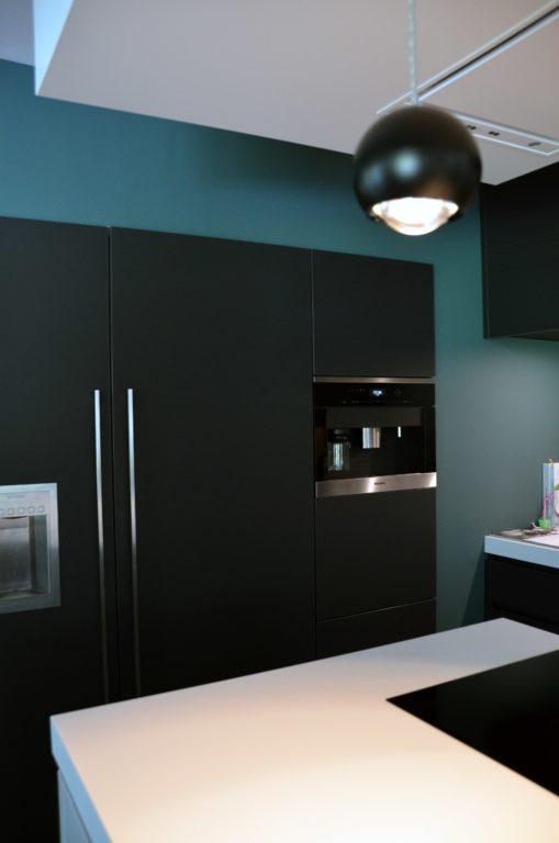 drijvers-oisterwijk-nieuwbouw-verbouwing-interieur-keuken-apparatenkast-eiland-modern-strak-verlichting-armaturen-tegel-blauw-accesoires-sfeer-behang (2)-min