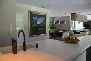 drijvers-oisterwijk-nieuwbouw-verbouwing-interieur-modern-strak-keuken-eiland-verlichting-armaturen-tegel-blauw-accesoires-sfeer-behang (3)-min