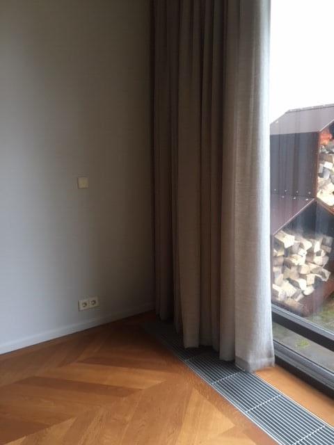 https://www.drijvers-oisterwijk.nl/wp-content/uploads/2018/07/3245-drijvers-oisterwijk-interieur-modern-tapijt-gordijnen-mudroom-grijs-1-e1530532299714.jpg