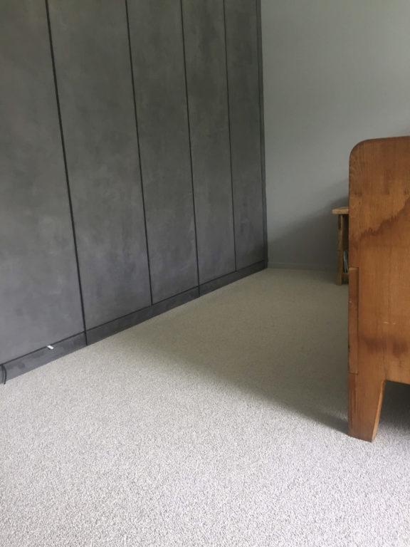 drijvers-oisterwijk-interieur-modern-tapijt-kledingkast-gordijnen-mudroom-grijs (10)