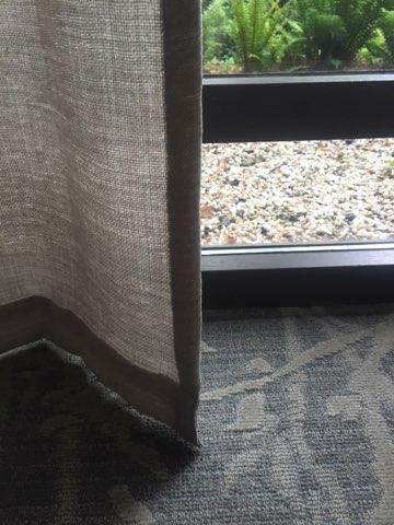 https://www.drijvers-oisterwijk.nl/wp-content/uploads/2018/07/3245-drijvers-oisterwijk-interieur-modern-tapijt-gordijnen-mudroom-grijs-6.jpg
