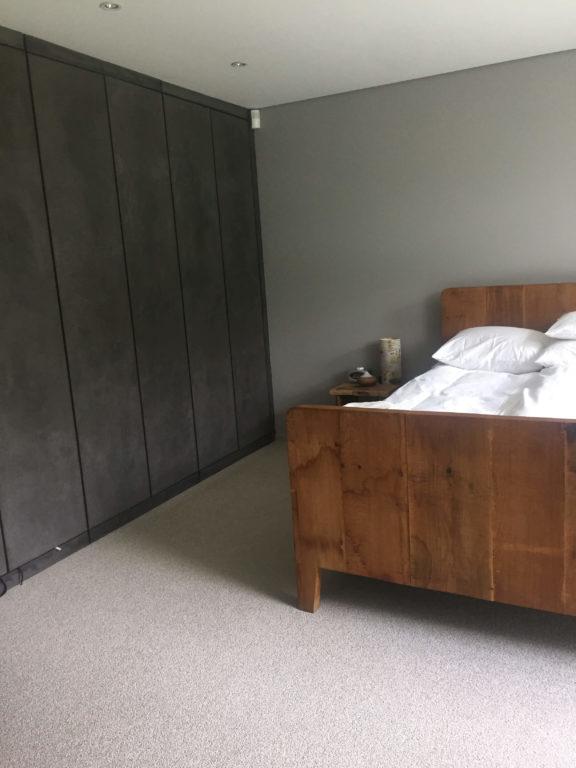 drijvers-oisterwijk-interieur-modern-kledingkast-tapijt-gordijnen-mudroom-grijs (9)