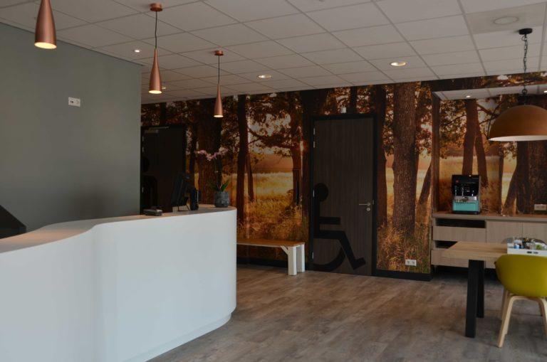 drijvers-oisterwijk-veterinair-centrum-modern-interieur-nieuwbouw-natuur-dieren-verlichting-rood-strak (10)