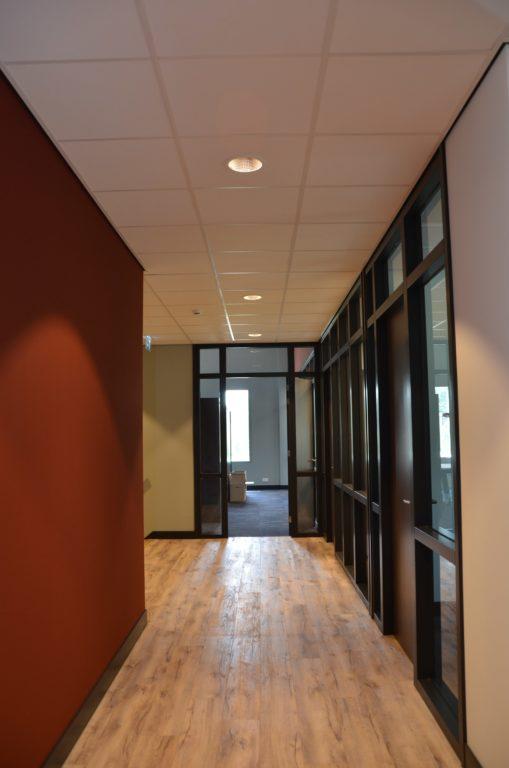 drijvers-oisterwijk-veterinair-centrum-modern-interieur-nieuwbouw-natuur-dieren-verlichting-rood-strak (10)-min