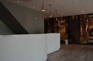 drijvers-oisterwijk-balie-behang-veterinair-centrum-modern-interieur-nieuwbouw-natuur-dieren-verlichting-rood-strak (11)