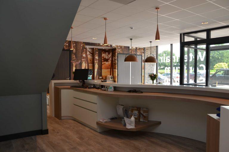 drijvers-oisterwijk-veterinair-balie-centrum-modern-interieur-nieuwbouw-natuur-dieren-verlichting-rood-strak (12)