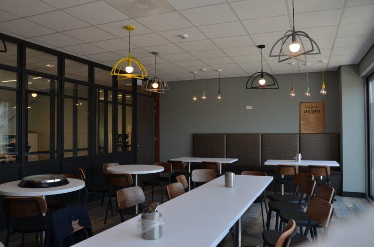drijvers-oisterwijk-veterinair-centrum-modern-interieur-nieuwbouw-natuur-dieren-verlichting-rood-strak (12)-min